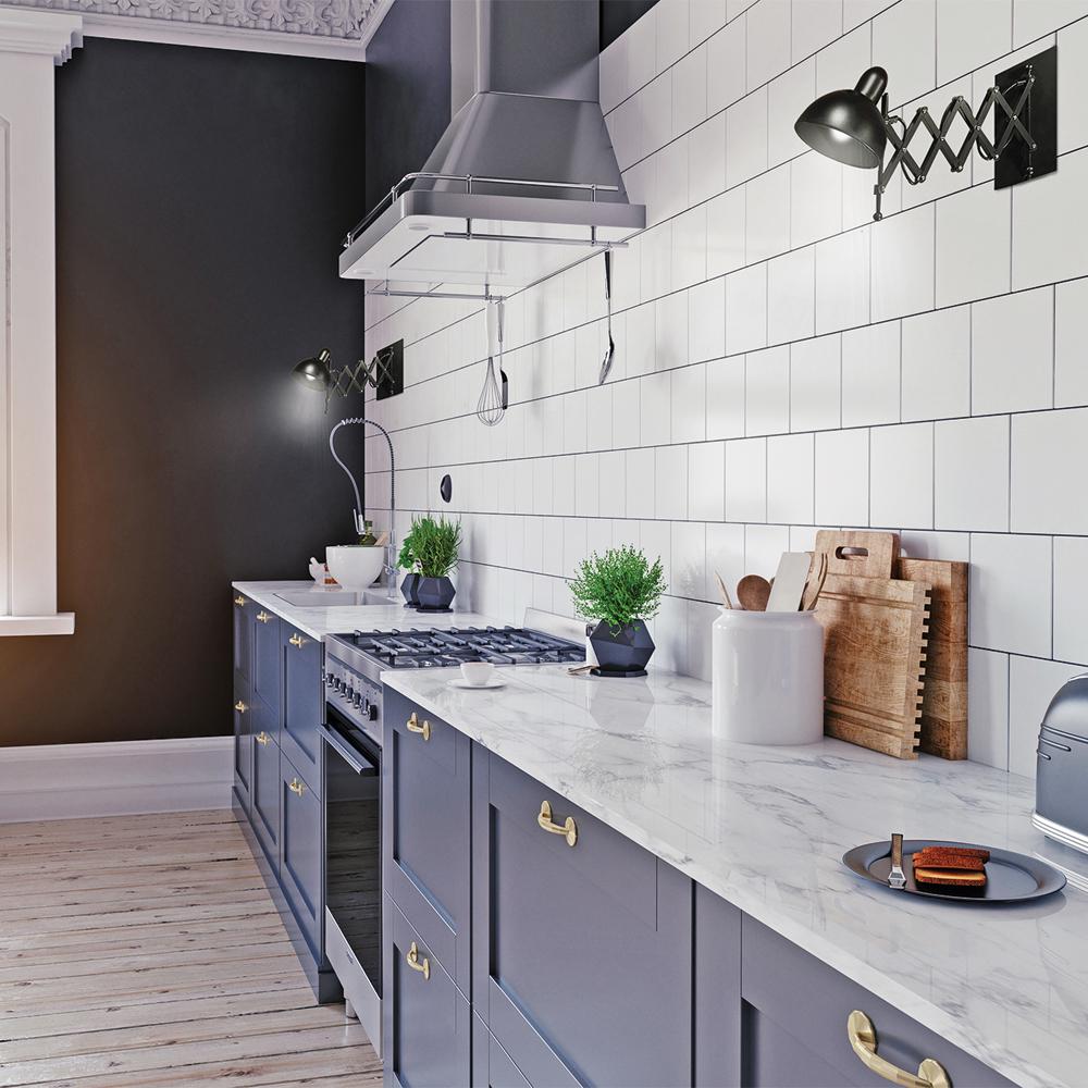 Armoires bleues et poignées dorées dans une cuisine moderne