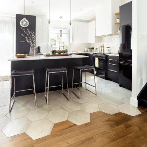 Comment bien délimiter l'espace cuisine avec un plancher original