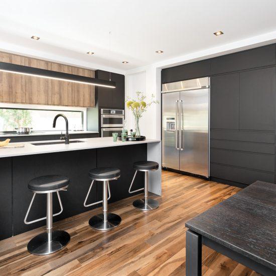 Salle à manger et cuisine contemporaines bois et noir