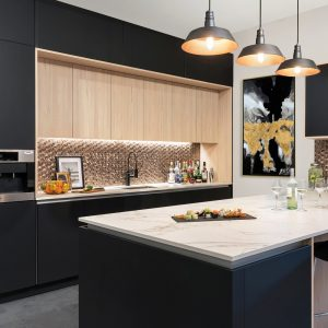 Cuisine-bar branchée en noir et en bois