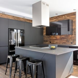 Cuisine minimaliste et fonctionnelle parée de bois
