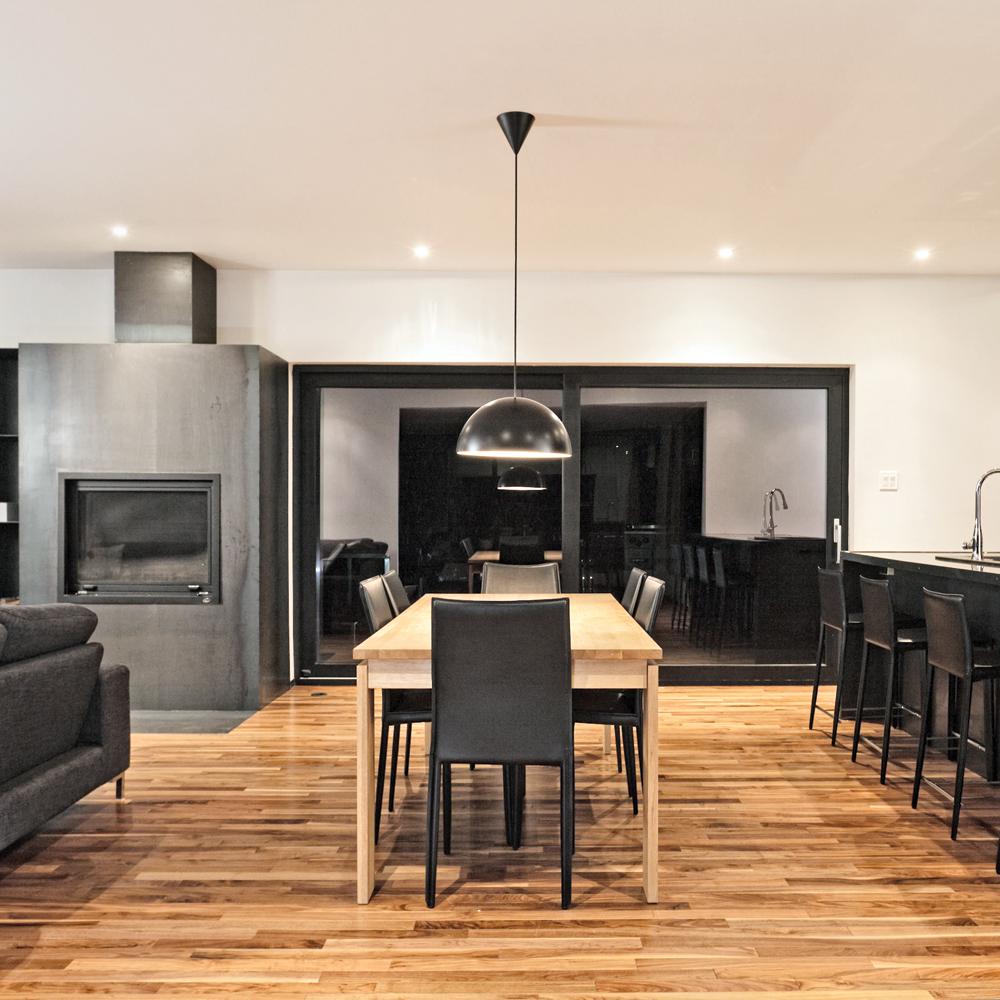 cuisine-au-decor-intense-et-drapee-de-noir01