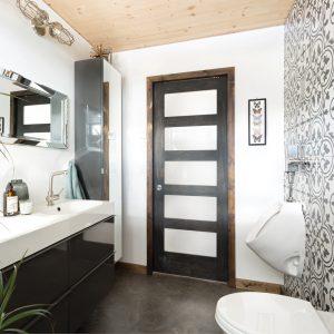 Carreaux de ciment aux accents orientaux dans la salle de bain