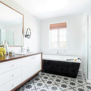 Motifs de céramique orientaux dans la salle de bain