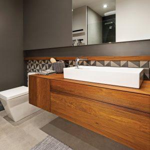 Salle de bain élégante de style industriel