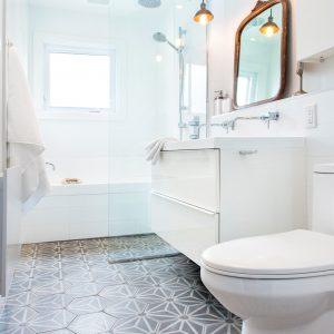 Porcelaine hexagonale à motif gris dans la salle de bain