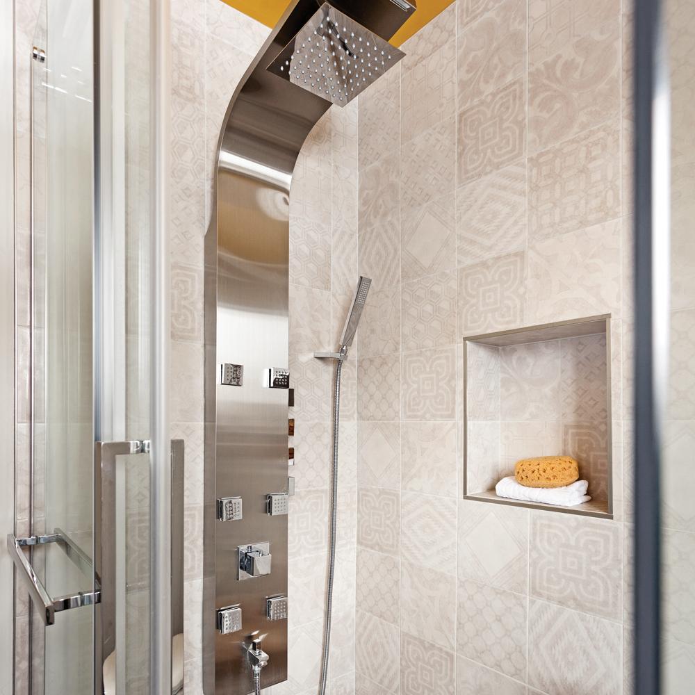 Douche En Céramique à Motifs Dans Une Salle De Bain Tendance