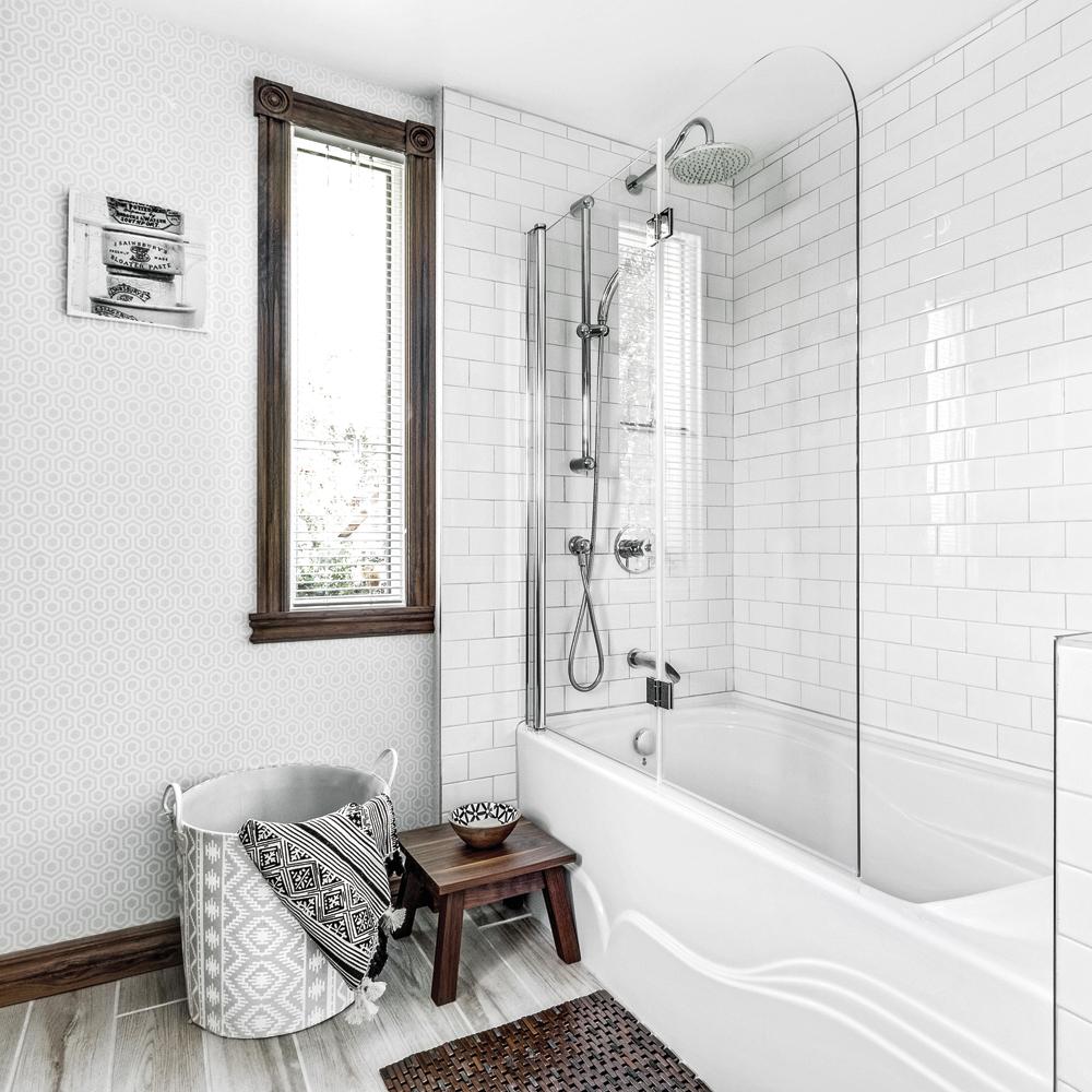 Salle de bain et espace douche champêtre en bois et blanc