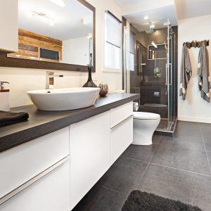 Simplicité rustique dans la salle de bain