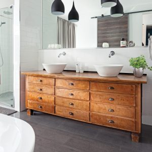 Meuble-lavabo récupéré pour donner du cachet à la décoration de la salle de bain