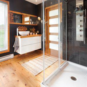 Salle de bain de style chalet aux accents rustiques et chics