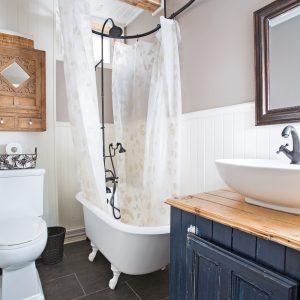 Petite salle de bain au cachet d'antan avec baignoire sur pattes