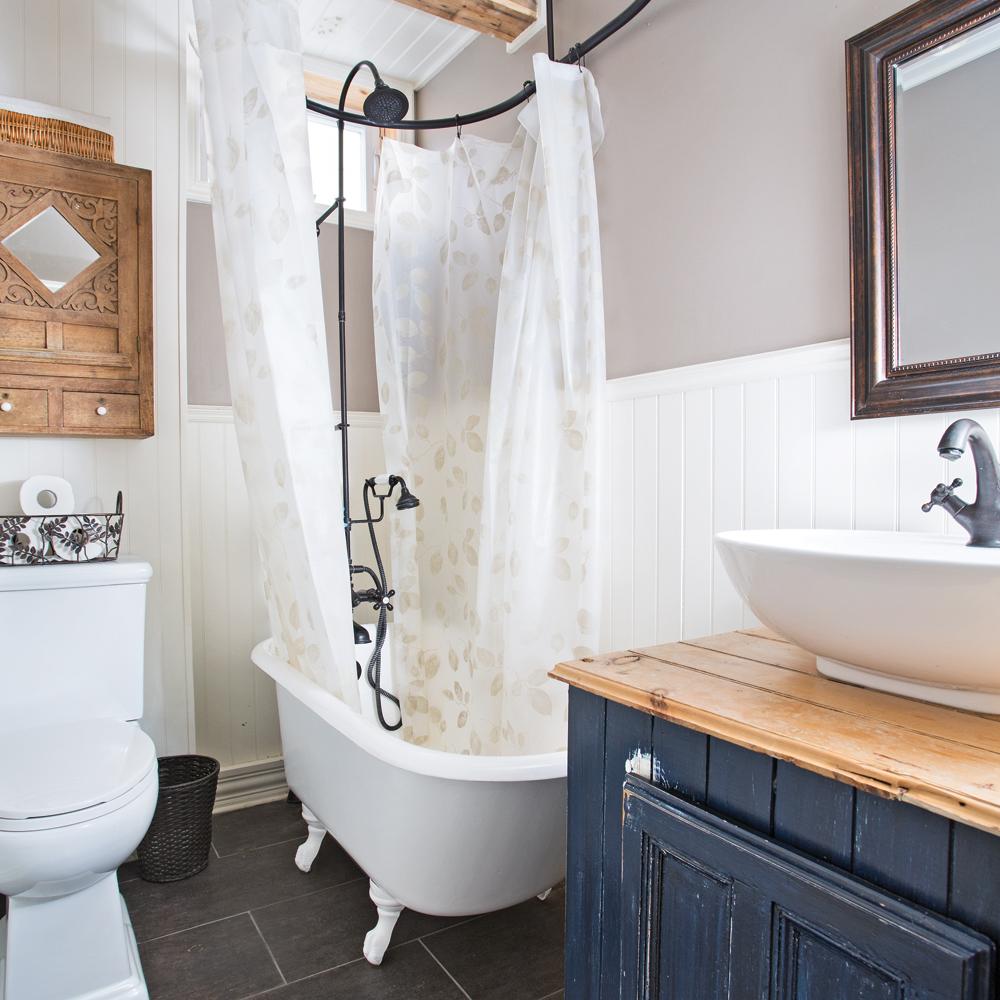 Petite salle de bain au cachet d\'antan avec baignoire sur ...