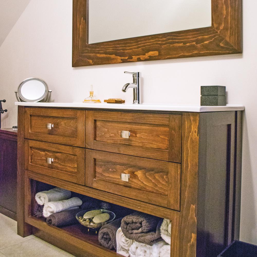 Meuble-lavabo en bois pour un aspect rustique dans la salle de bain