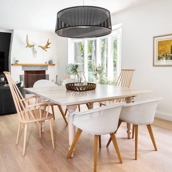 Décor éclectique en bois et en blanc dans la salle à manger