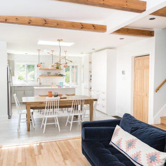 Aire ouverte de style scandinave embellie de poutres au plafond