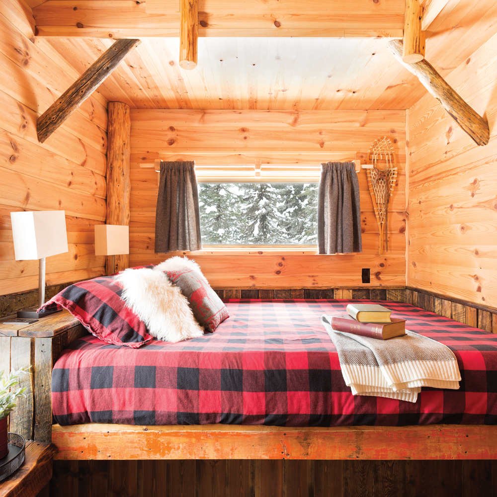 Motifs carreautés en vedette dans une chambre à coucher en bois rond