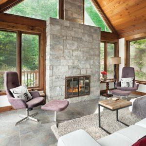 Bois et pierre autour du foyer pour un salon de style chalet moderne et chaleureux