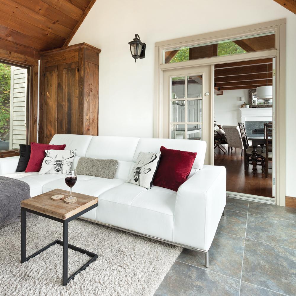 bois-et-pierre-autour-du-foyer-pour-un-salon-de-style-chalet-moderne-et-chaleureux01