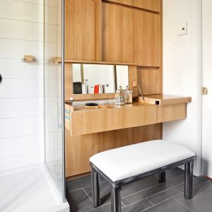 Rangement pour les accessoires de beauté bien intégré dans la salle de bain