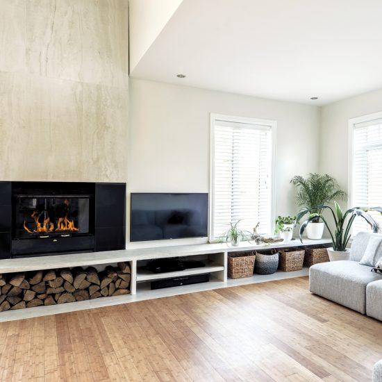 Foyer habilement intégré dans un salon contemporain