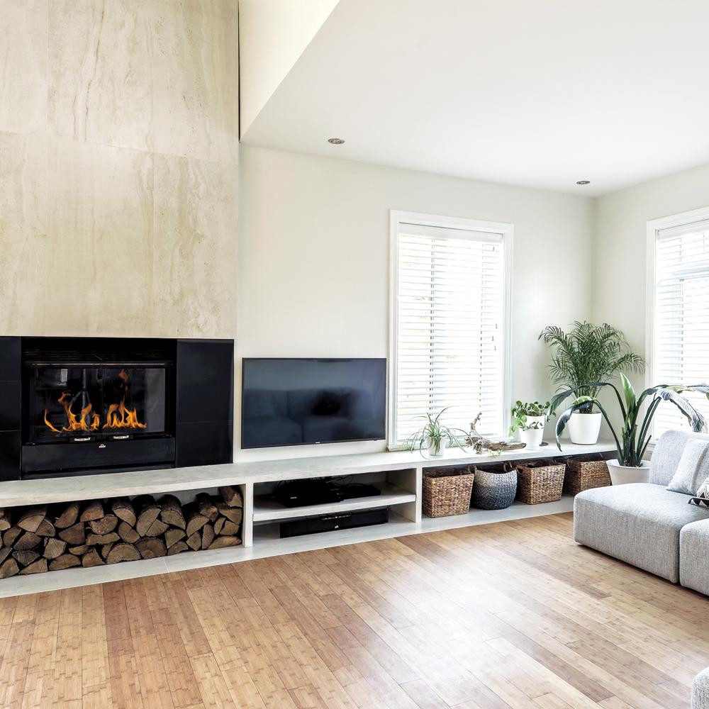 Foyer habilement intégré dans un salon contemporain - Je Décore