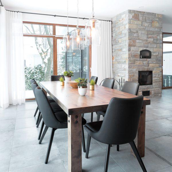 Salle à manger contemporaine dans une aire ouverte lumineuse aux allures rustiques