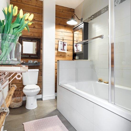 Salle de bain en bois de grange aux accents vintage