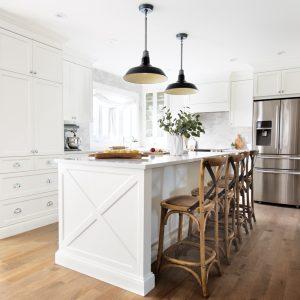 Cuisine de style farmhouse tout de blanc vêtue