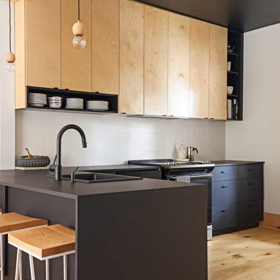 Plafond noir dans une cuisine blanche et bois