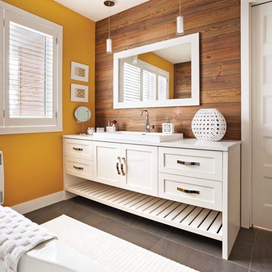 Salle de bain à la mode Cape Cod parée de bois
