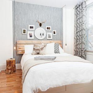Une tête de lit en planches récupérées pour donner un look romantique et rustique