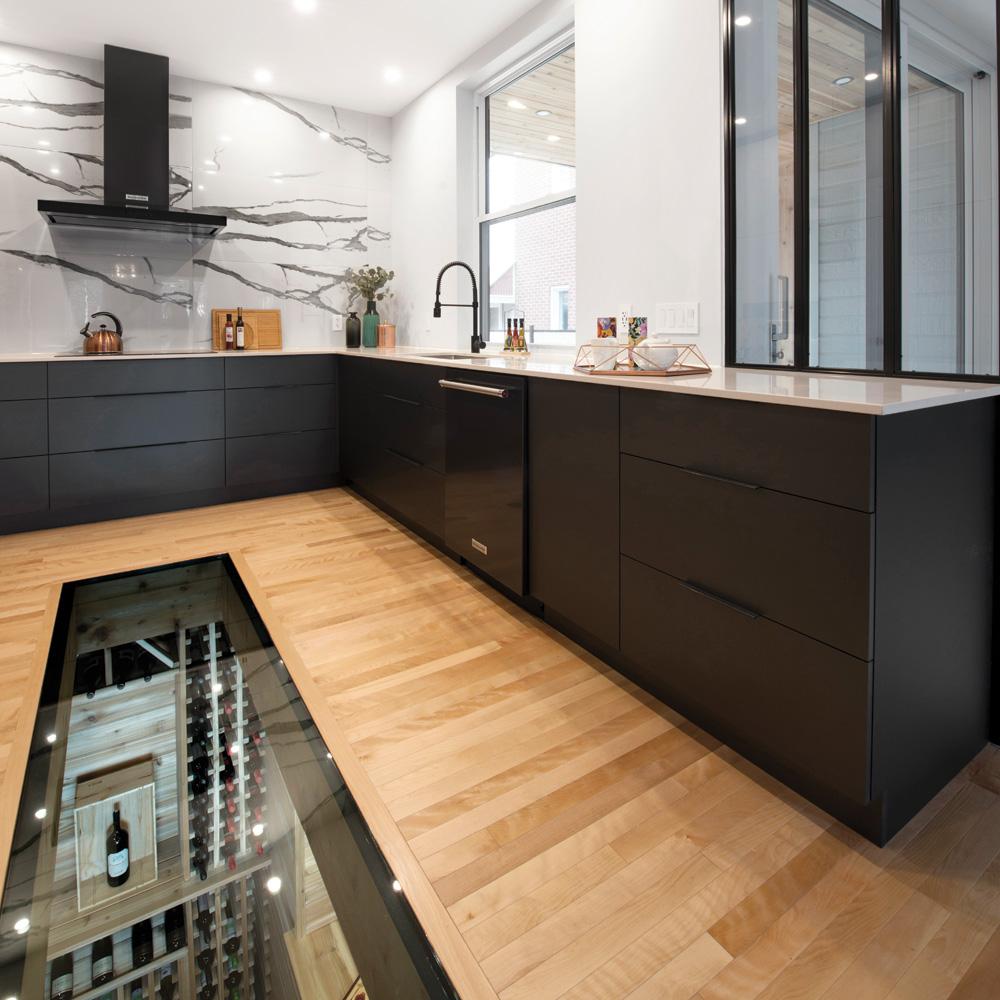 cuisine-minimaliste-avec-dosseret-marbre-et-surprenant-plancher-de-verre01