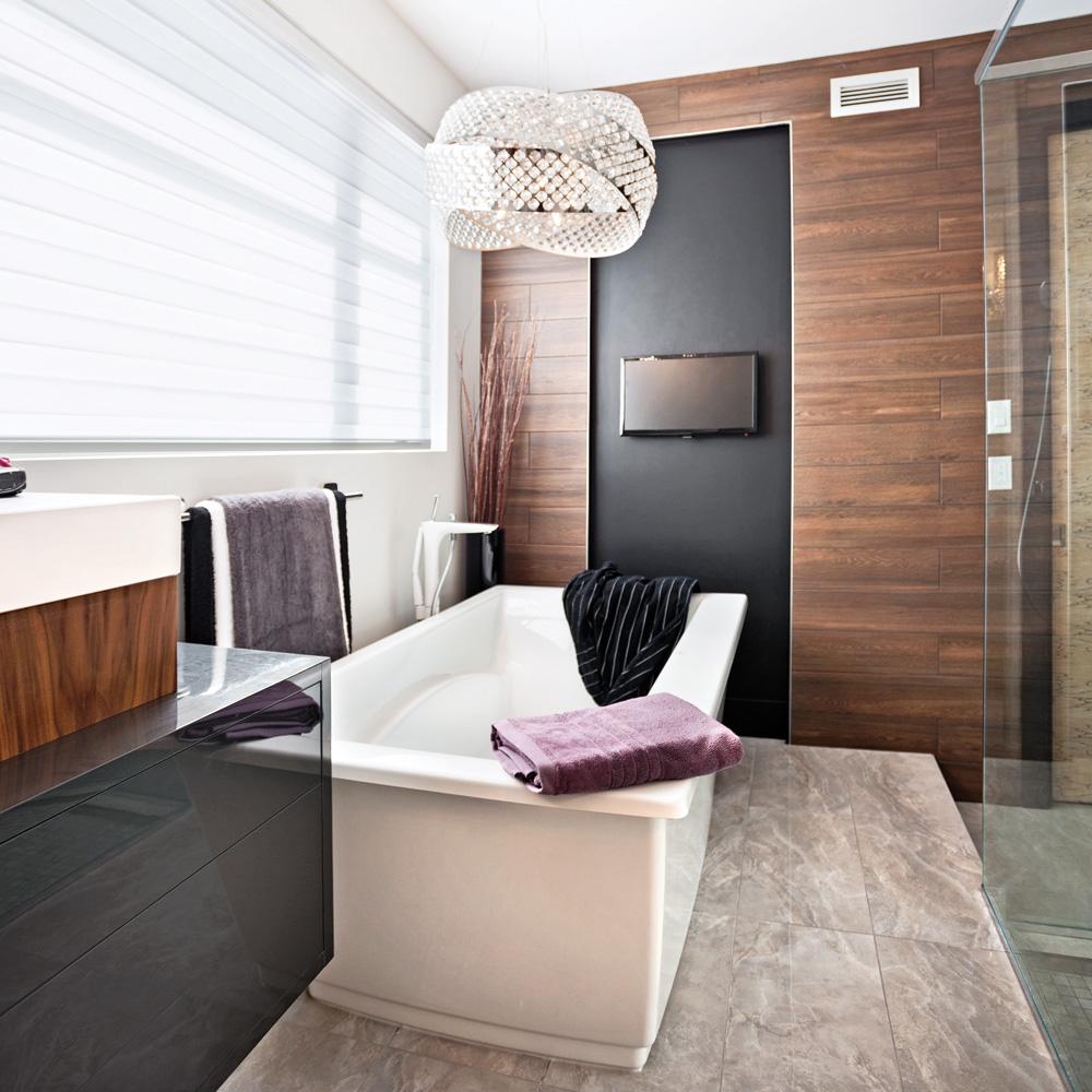 Céramique imitation bois pour une salle de bain tendance et chaleureuse