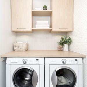 Papier peint et bois blond en vedette dans la salle de lavage