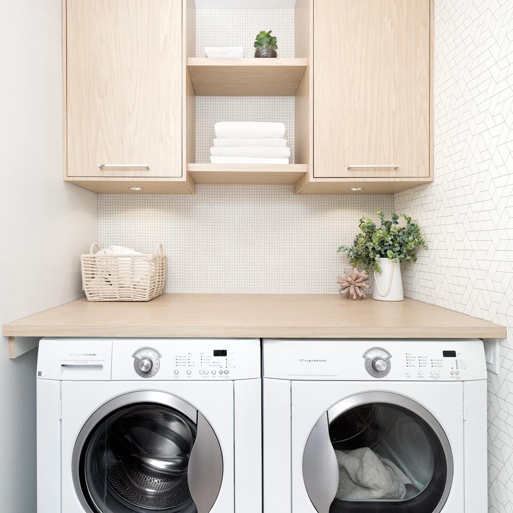 papier-peint-et-bois-blond-en-vedette-dans-la-salle-de-lavage