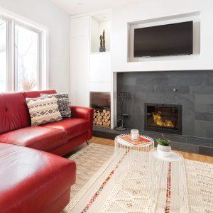 Salon dynamique et rythmé avec foyer
