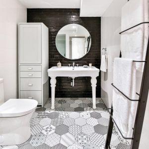 Salle de bain chic en noir et blanc