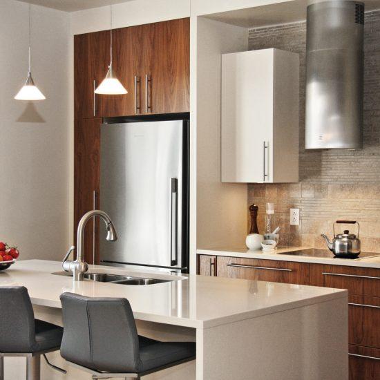 Mélange de matières dans une cuisine chaleureuse et actuelle