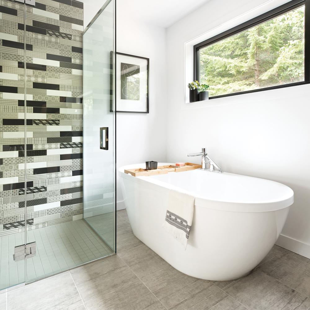 Les motifs s\'éclatent dans une salle de bain moderne - Je Décore