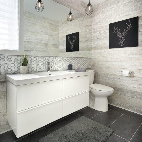 Salle de bain chaleureuse au look rustique de bois grisonnant