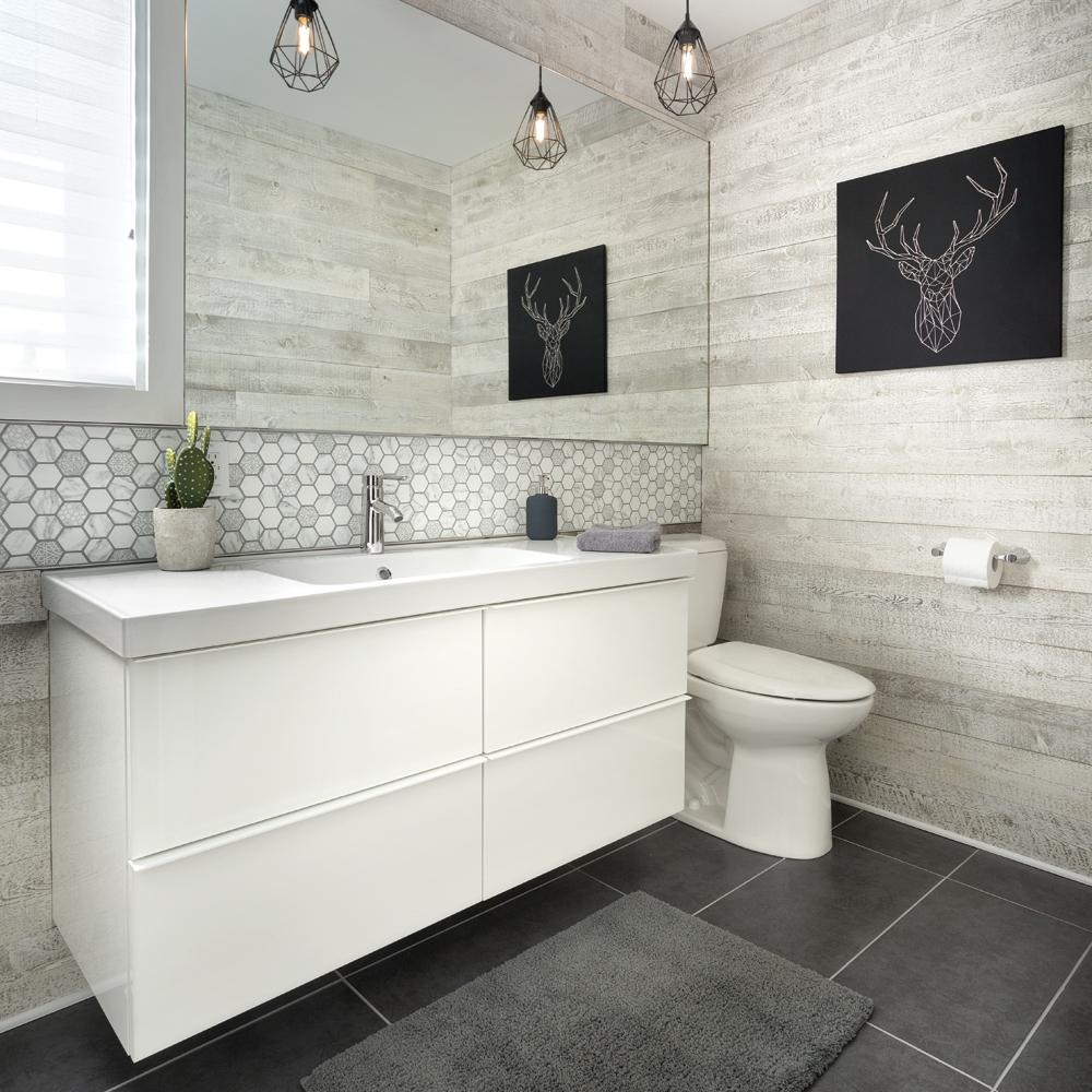 Salle de bain chaleureuse au look rustique de bois ...