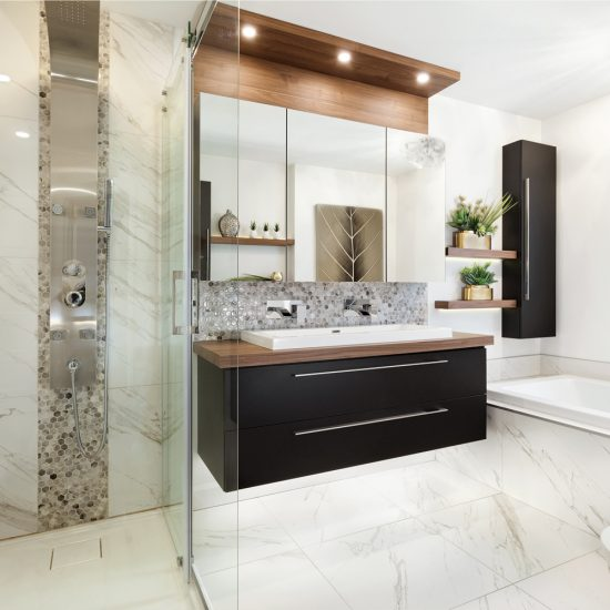 Effet marbre dans une salle de bain agrandie