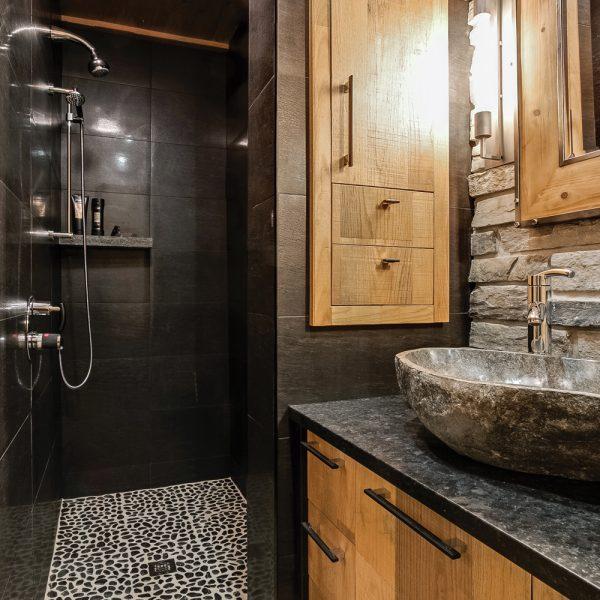 Créer une salle de bain intime et personnalisée