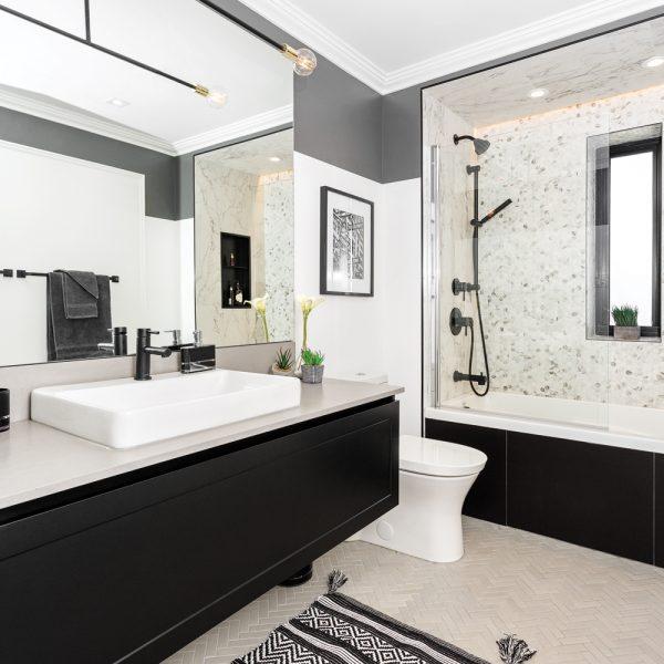 Avant-après: un duo contemporain dans la salle de bain