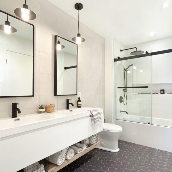 Symétrie industrielle dans la salle de bain