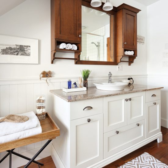 Salle de bain lumineuse et chaleureuse
