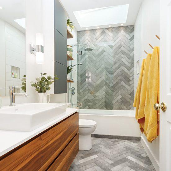 Une petite salle de bain maximisée et épurée