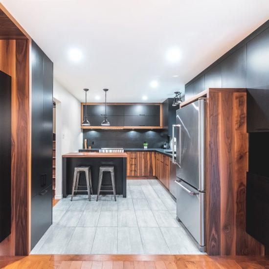 Duo noir et bois dans la cuisine