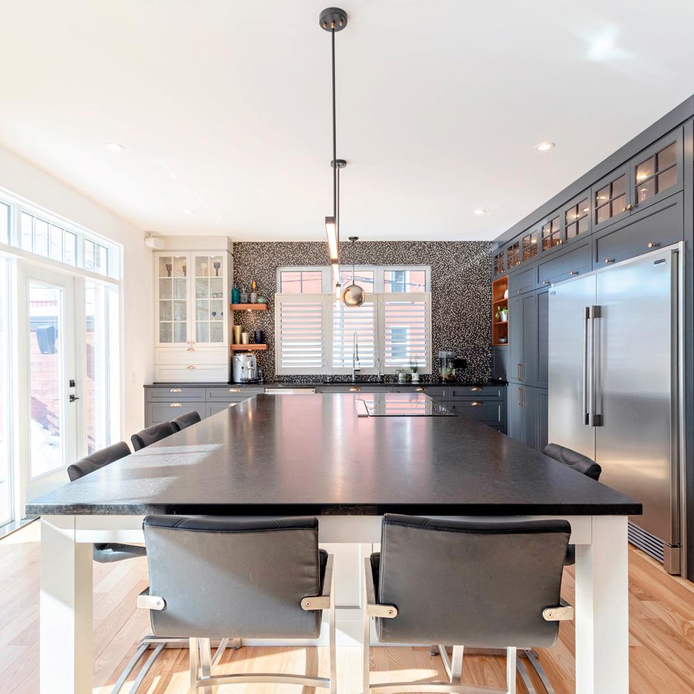 Élégant bleu profond dans la cuisine